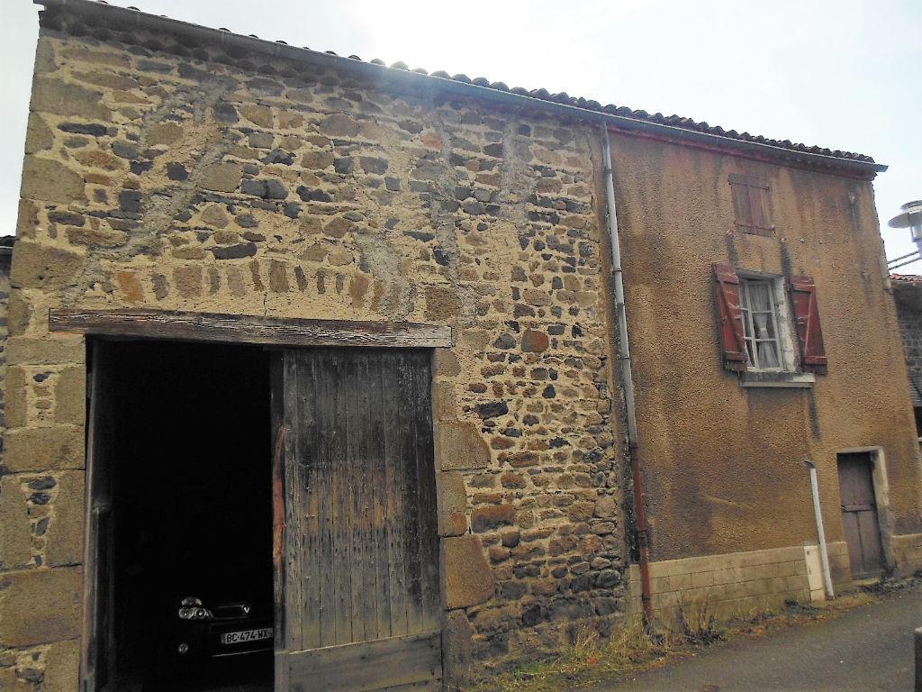 Olloix, Ensemble de bourg, maison, grange, dépendances et terrain procheMaison