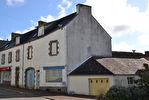Région Rostrenen - Maison avec ancien commerce à rénover avec garage à l'arrière.