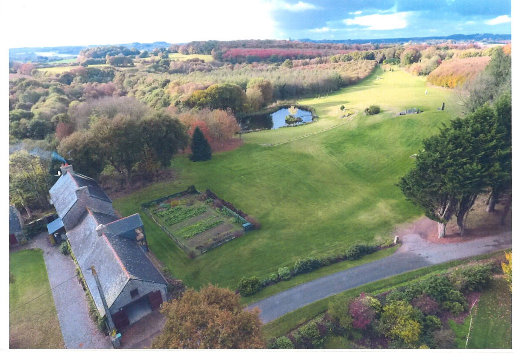 Région Rostrenen - Corps de ferme dans site remarquable avec dépendances, hangars et plan d'eau sur 15 hectares de terrain