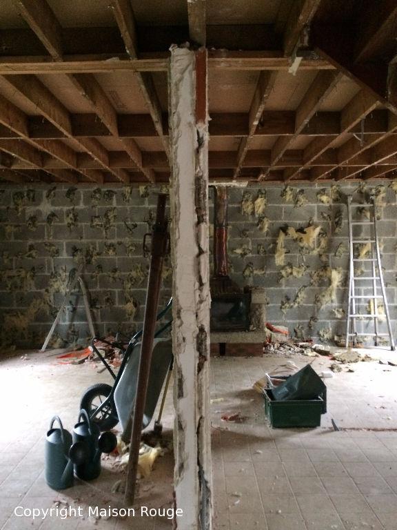 Maison a finir de rénover en plein centre - beau terrain .