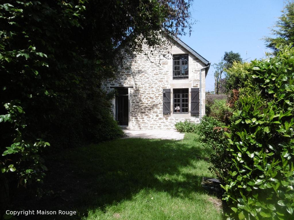 PLOUBALAY dans un Hameau proche centre jolie maison en pierre
