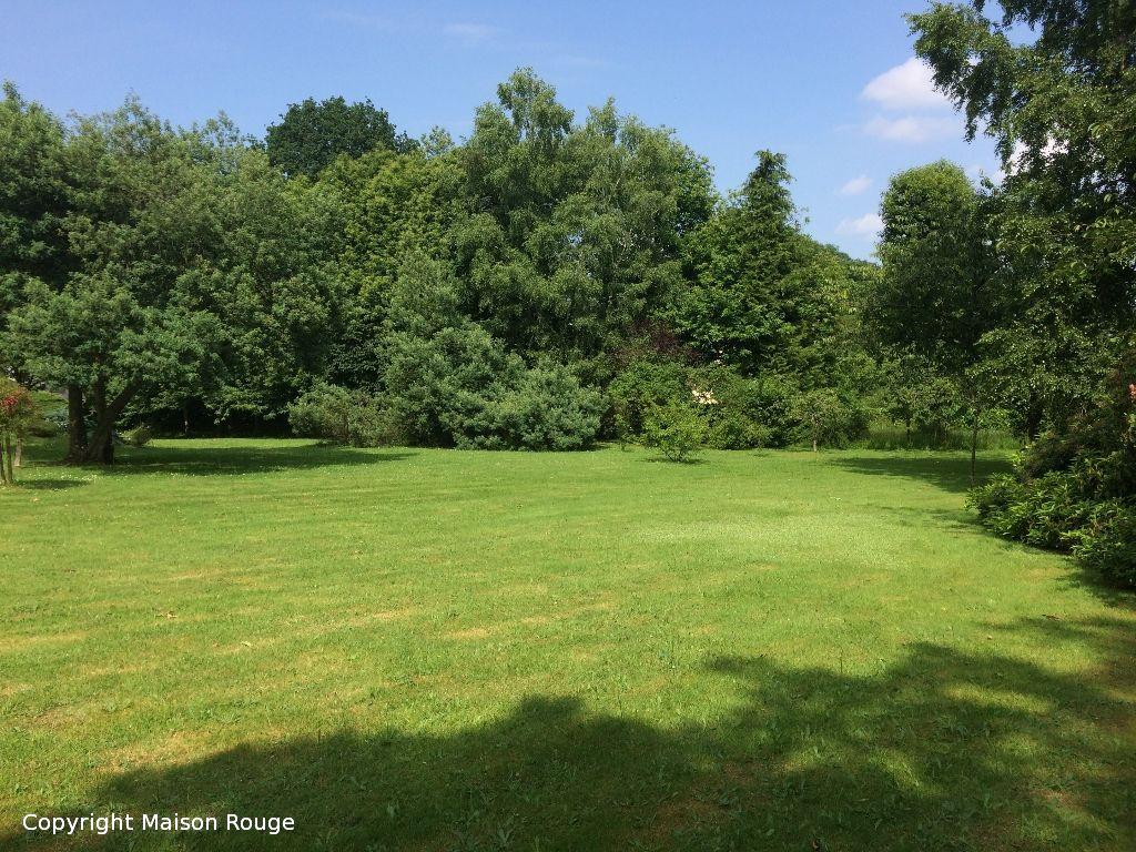 Terrain à bâtir dans un environnement résidentiel et paysagé