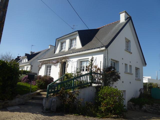 Maison Etel centre 56410 MORBIHAN SUD traditionnelle de 4 chambres dont 1 en rdc terrain 484m² sous-sol complet