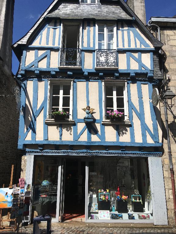 A louer très joli local commercial de 80 m² situé dans une rue piétonnière du centre ville de Quimper 29000