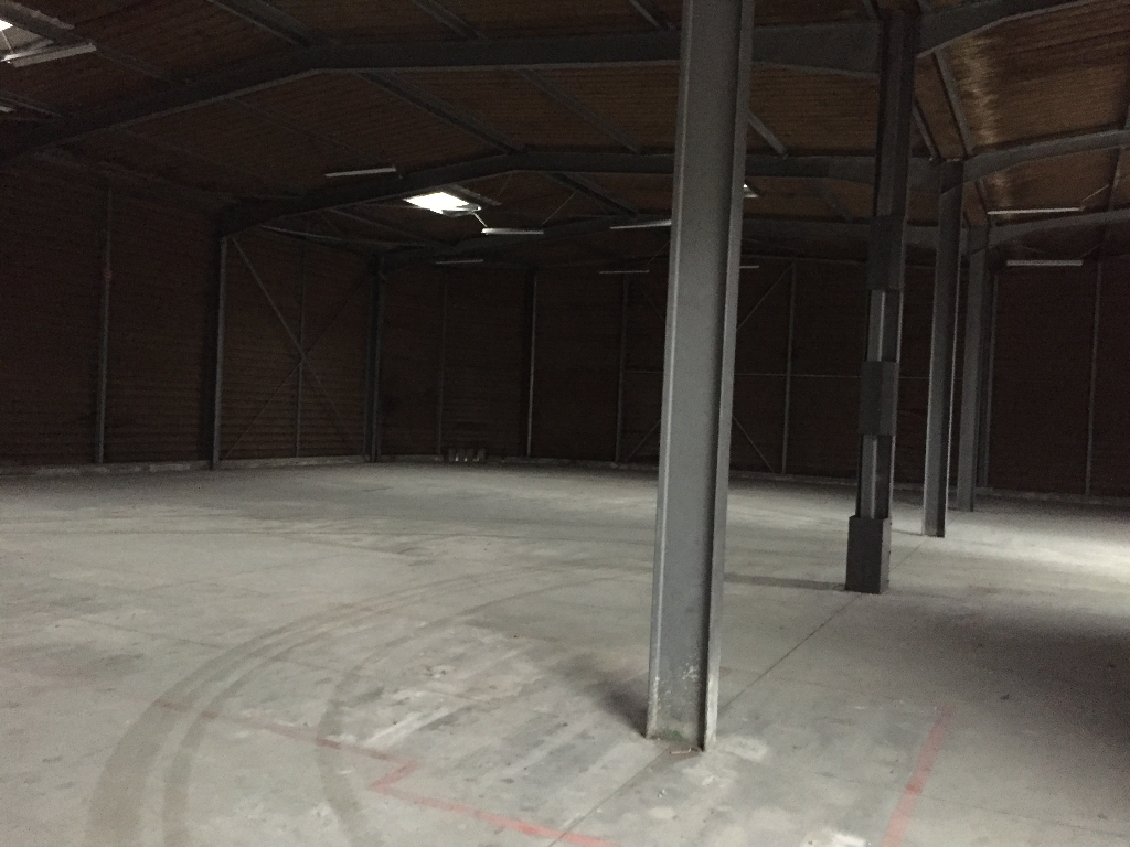 Local commercial  700 m2 zone de kergaradec