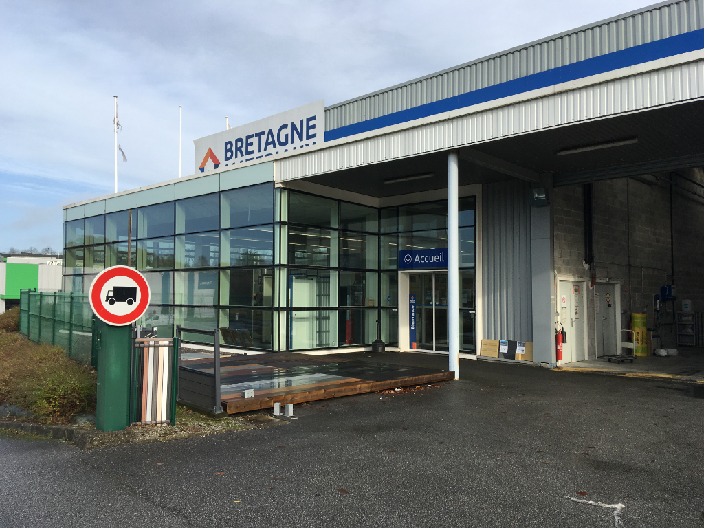 À VENDRE  local d'activité 2380 m² ZI du Grand Guelen 29000 Quimper.