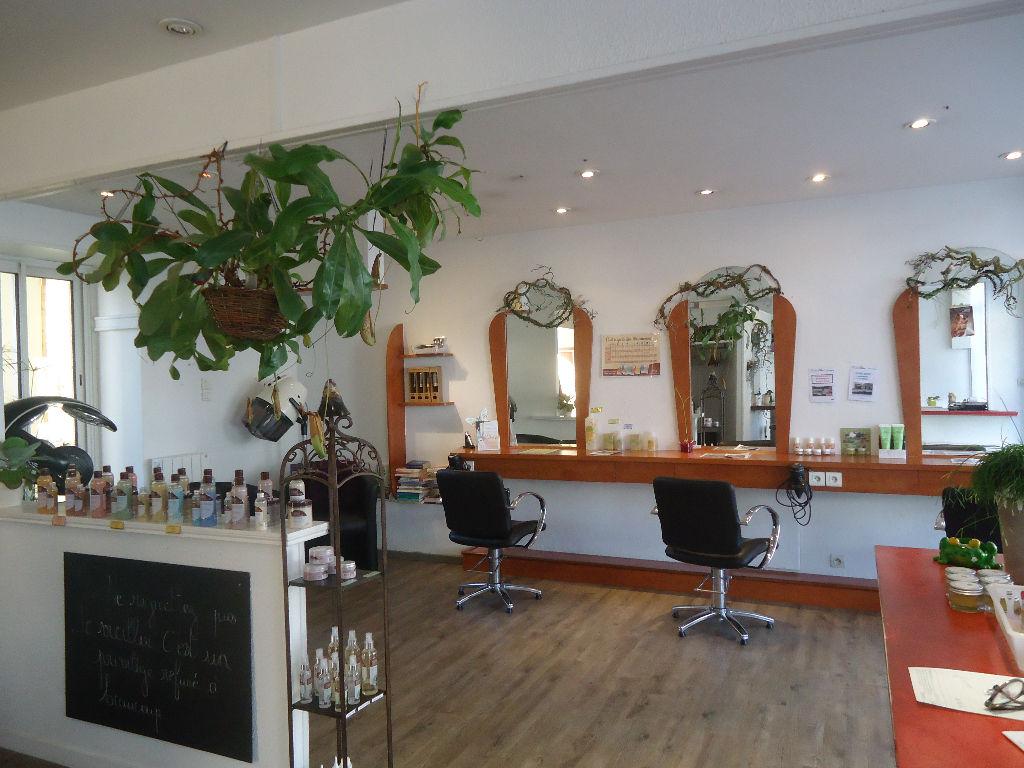 A louer Pontivy Bretagne Morbihan  local d'environ 45 m² avec vitrine bien situé