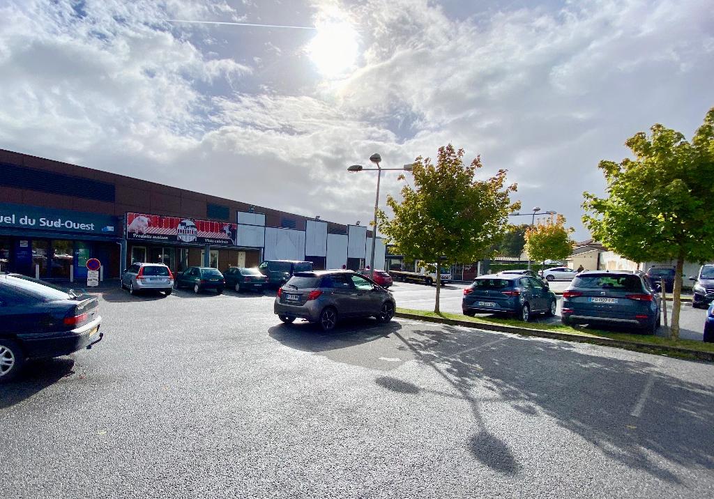 Local commercial 1038 m²  à louer à BARBEZIEUX