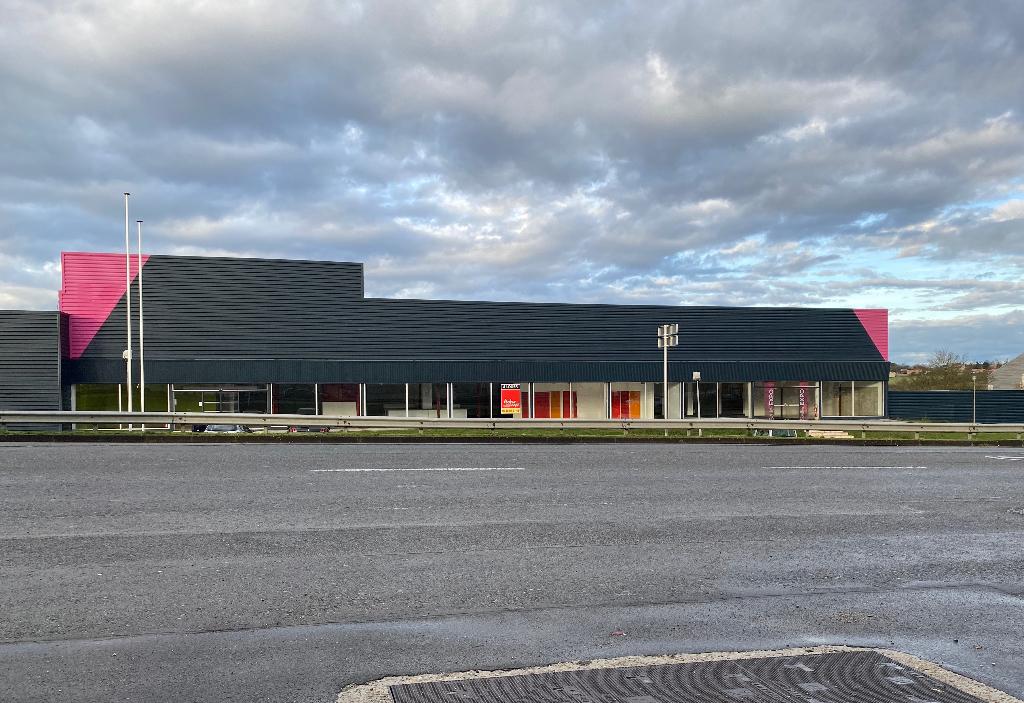 Local commercial 1500 m² à louer à CHAMPNIERS