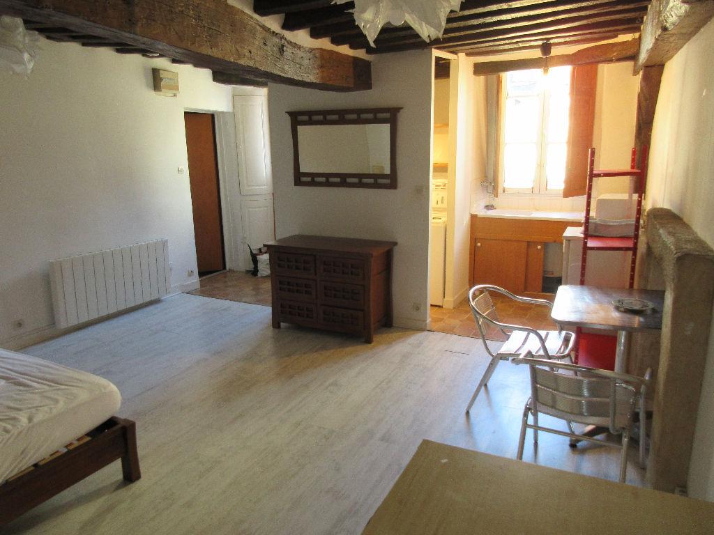 A LOUER- Studio meublé - CENTRE HISTORIQUE