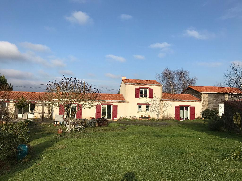 Le Landreau Maison Longère en pierres plein sud jardin clos paysagé