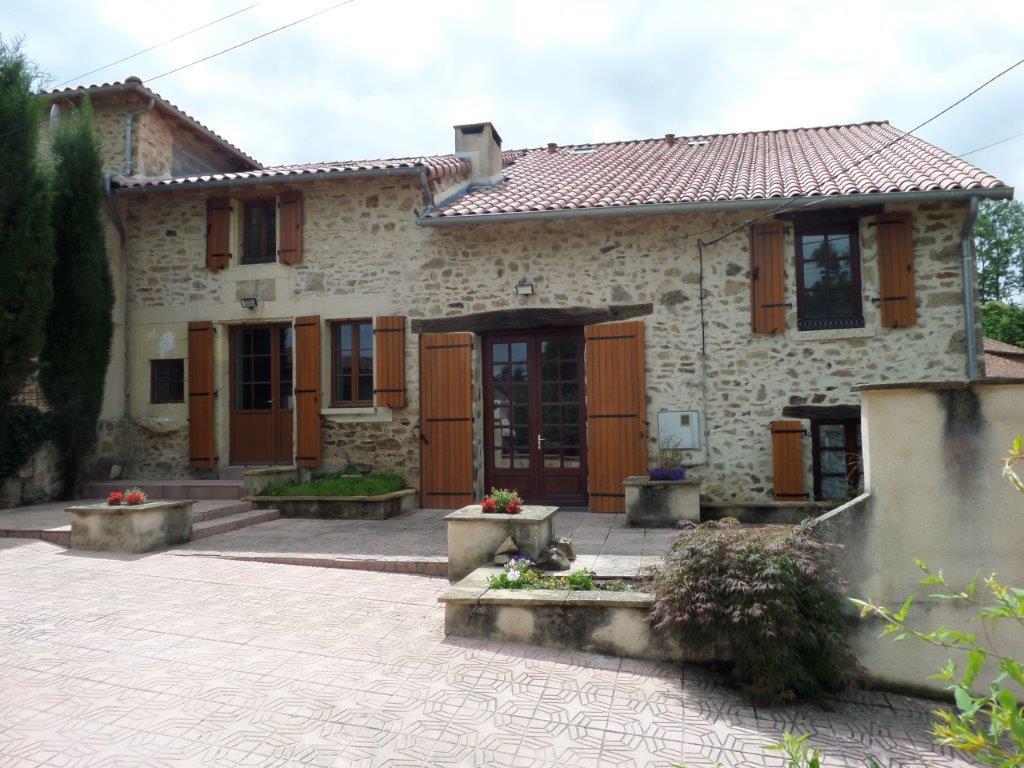 EC1049LC  Maison en pierre dans hameau calme, 3 chambres, 2 SdB's, jolie vue.