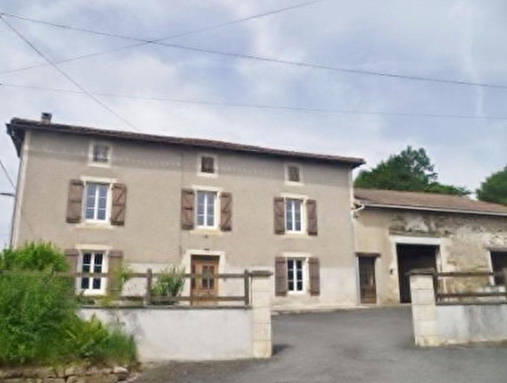 Maison Charentaise Rénovée avec Grange, Cour et  Jardin Clos
