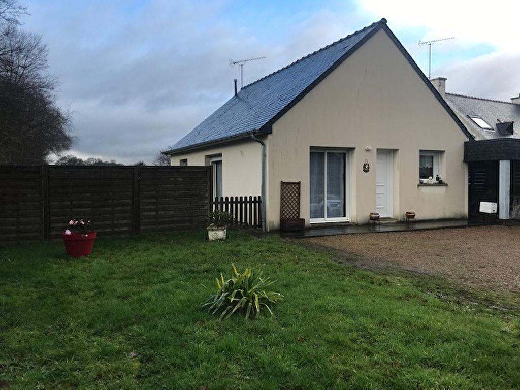 Jolie maison récente, de plein pied située au calme d'un petit hameau, lumineuse et ouverte sur un grand terrain