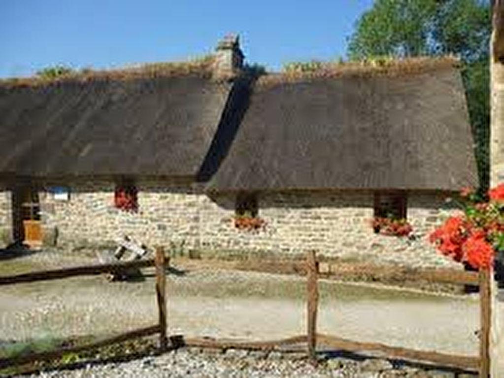 Propriété à vendre avec 530 m² de surface habitable entièrement rénovée répartie sur 5 maisons en pierre sur 12700 m² de terrain aménagé actuellement en activité de gîtes et chambres entre mer et Monts d'Arrée