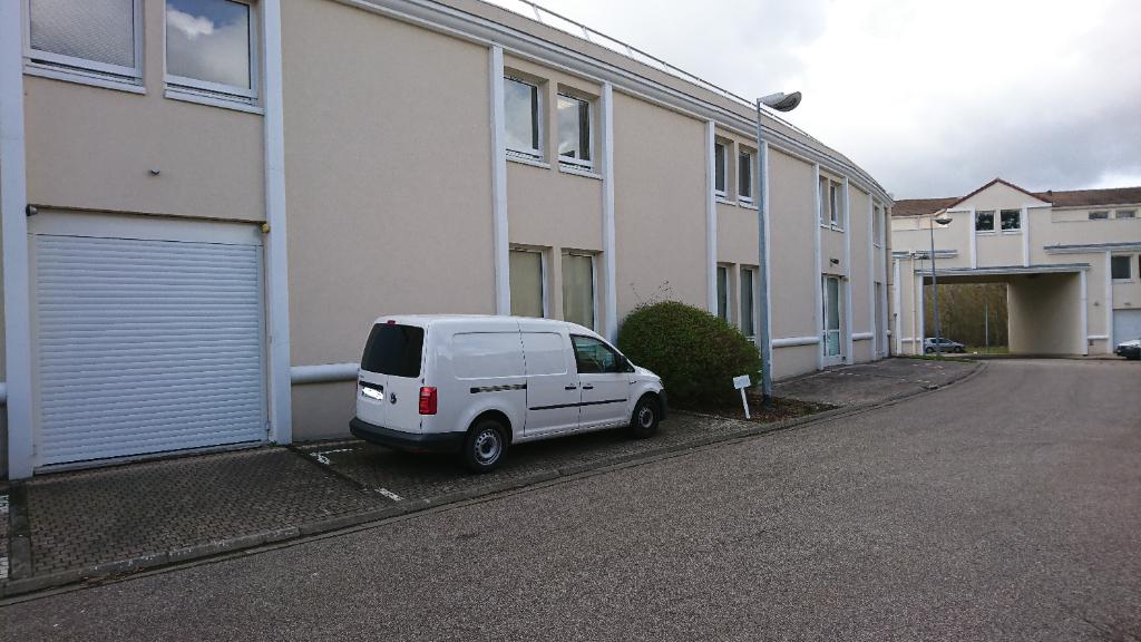Saint Nom la Bretèche, dans Parc d'Affaires entre Versailles et Saint Germain en Laye, un local d'activité entrepôt de 246 M² avec porte sectionnelle. Loyer mensuel 2 255 euros HT et HC. A été loué par l'intermédiaire de IMMOBILIERE PACQUET.