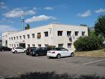 IMMOBILIERE PACQUET vous propose à la location des bureaux ou locaux professionnels sur Plaisir. 32 M² + parking privatif. Proche gare Plaisir Les Clayes. Loyer mensuel : 307 euros HT et HC.