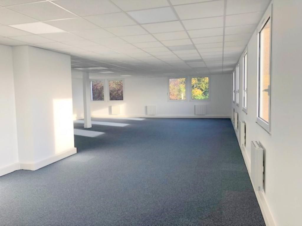 A louer bureaux de 97 M² dans Parc d'Affaires sur Saint Nom la Bretèche entre Versailles et Saint Germain en Laye. Loyer 2 910 euros HT et HC par trimestre.