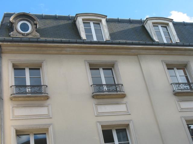 IMMOBILIERE PACQUET vous propose sur St Germain en Laye centre proche RER A.  Location bureau meublé 8 M². Loyer mensuel  600  euros HT charges comprises.