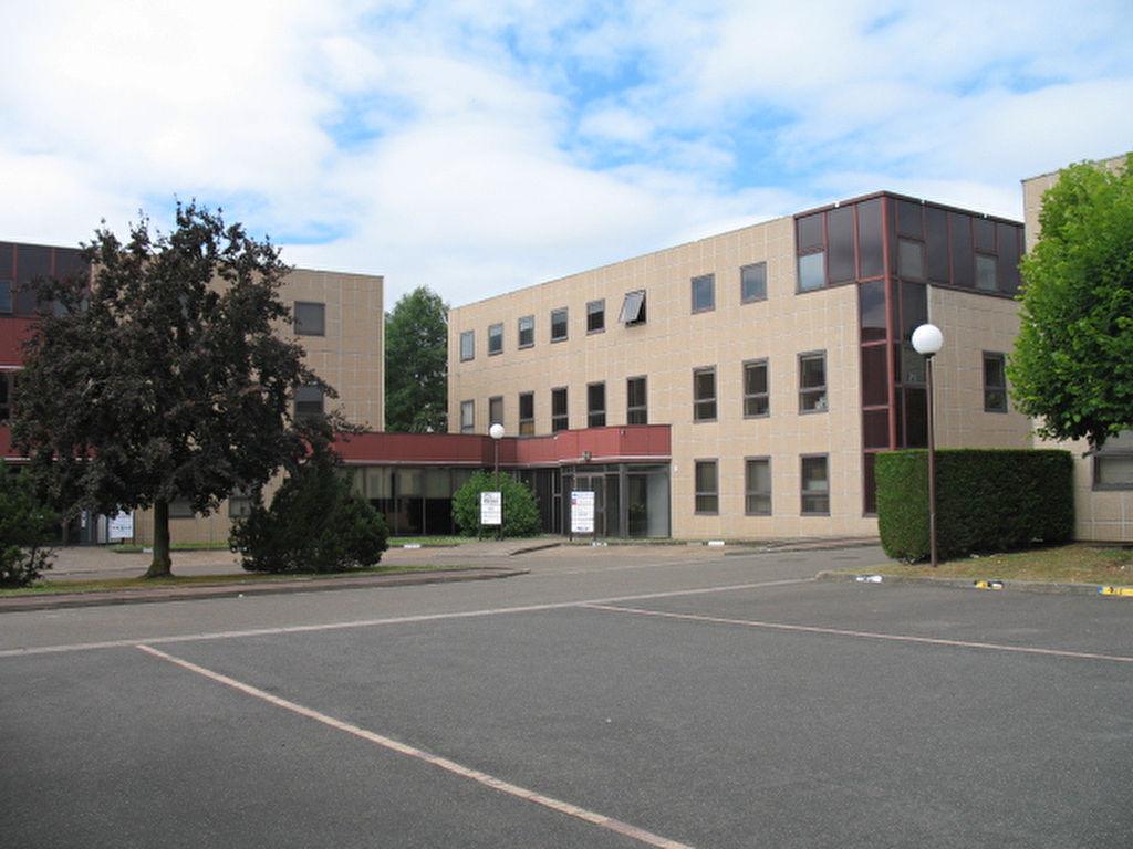 Bailly entre Versailles et Saint Germain en Laye. A louer Bureau ou local professionnel 15 M² dans Parc d'Affaires proche axes A12 et A13. Exclusivité IMMOBILIERE PACQUET. A été loué par l'intermédiaire de IMMOBILIERE PACQUET.