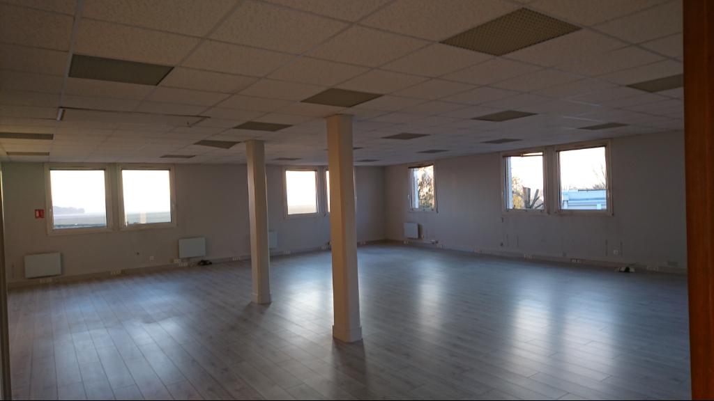 IMMOBILIERE PACQUET vous propose: A louer bureaux 120 M² Saint Nom la Bretèche dans Parc d'Affaires entre Versailles et Saint Germain en Laye. Loyer trimestriel: 3 600 euros HT et HC
