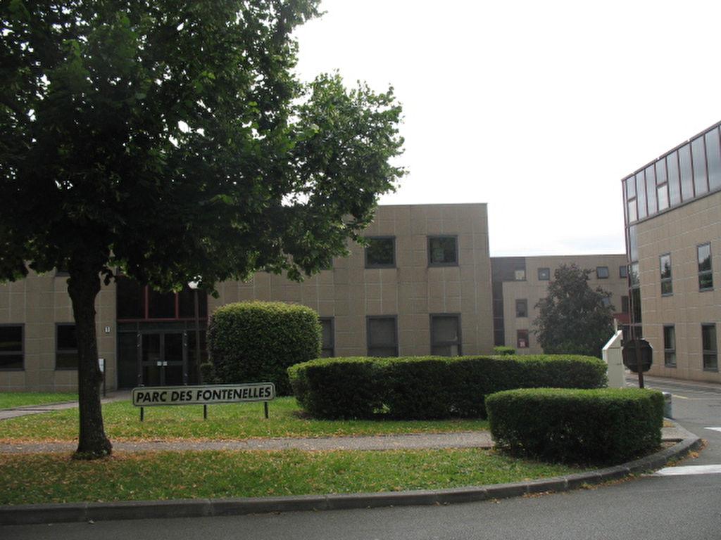 Bailly entre Versailles et Saint Germain en Laye. A louer bureau ou Local professionnel 15 M² quote-part parties communes comprise. Loyer mensuel: 250 euros HT et HC .