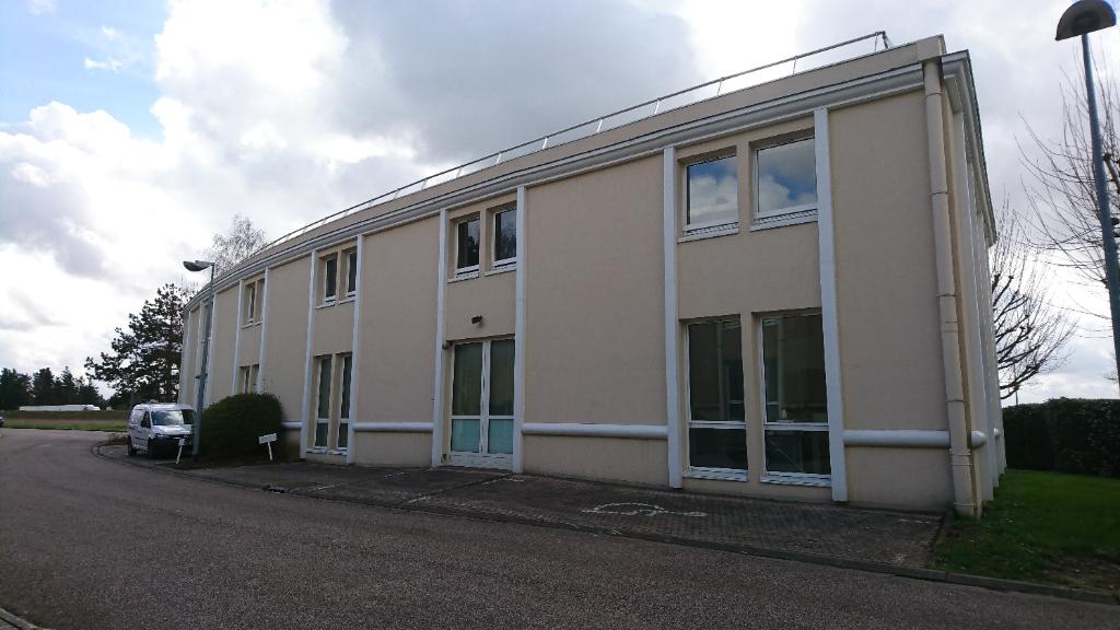 Saint Nom la Bretèche, dans Parc d'Affaires entre Versailles et Saint Germain en Laye, locaux d'activité entrepôt de 375 M² avec portes sectionnelles.