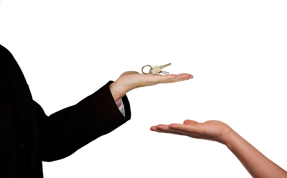 Comment choisir entre la location ou la mise en vente de son bien immobilier ?