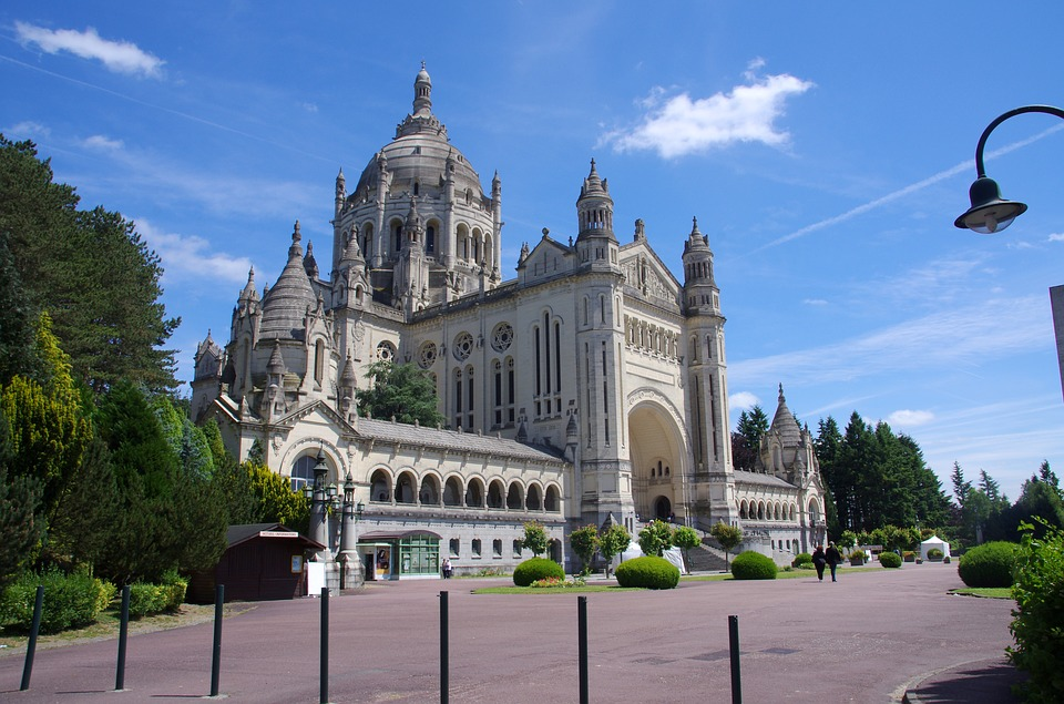 Lisieux, ville culturelle et touristique : pèlerinages à la Basilique Sainte Thérèse.