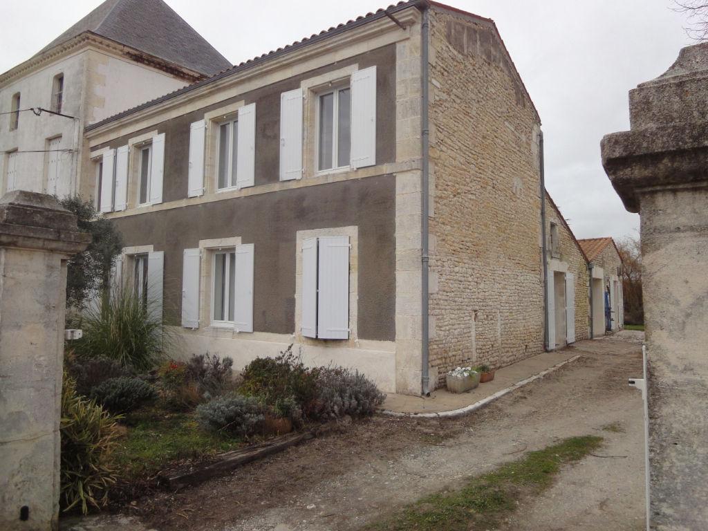 Entre Rochefort et Tonnay Charente Maison Charentaise de 206 m² hab. photo 1