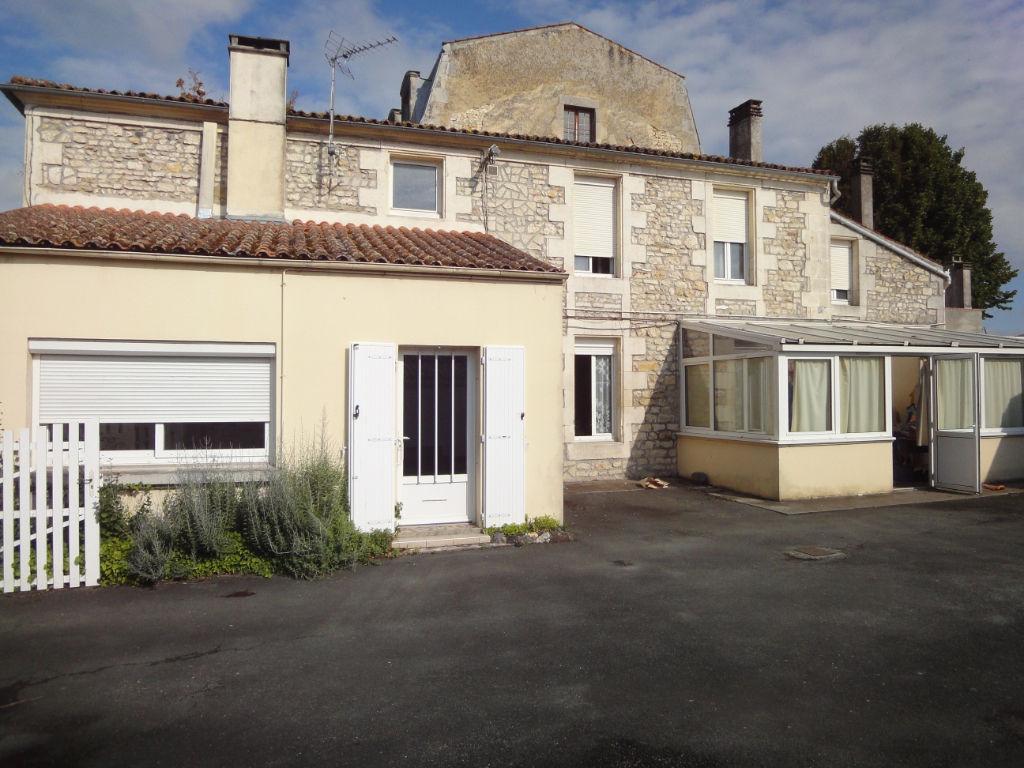 Maison en pierre Centre ville de Tonnay Charente 5 pièces sur 1400 m² terrain photo 1