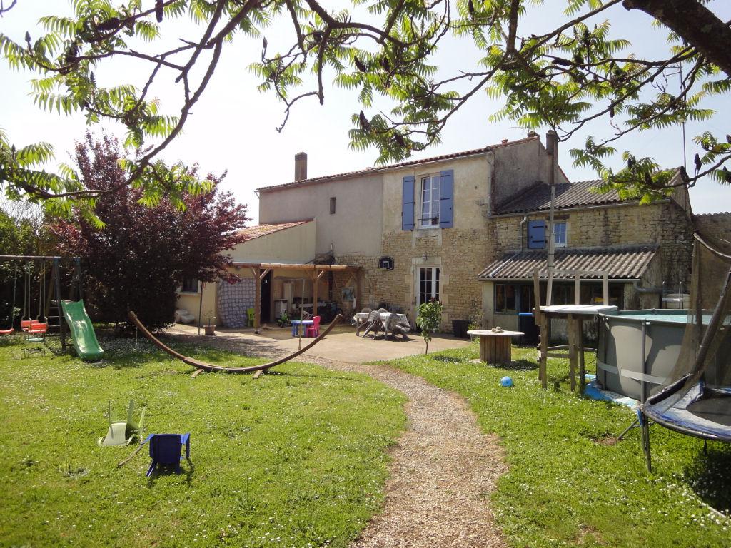 10 min ROCHEFORT : Maison rénovée pierre apparente 5 chambres photo 1